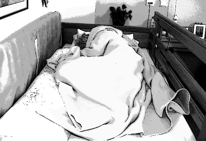 Alte Frau im Heim alleine im Bett