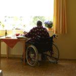 Altenheimbewohnerin sieht aus dem Fenster